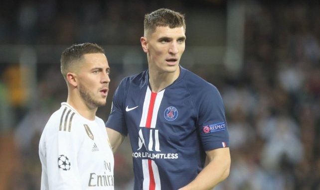 Thomas Meunier à la lutte avec Eden Hazard en Ligue des Champions