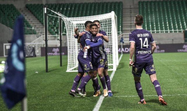 Les joueurs de Toulouse se congratulent lors du match contre Pau
