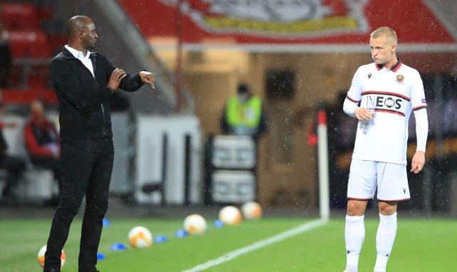 Patrick Vieira et Kasper Dolberg discutent durant un match avec Nice